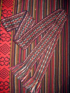 В українському народному одязі традиційно поєднуються різні види рукоділля: вишивка, ткання, аплікація. Як доповнення до вишиванки можна запропонувати пояс-крайку. Ширина такого пояса 5-8см, стандартна довжина 2,5м (при потребі може бути довшим або коротшим). Вишуканості і завершеності надає жіночій вишиванці ткана спідниця-обгортка або гуцульські запаски. Ткані торбинки-тайстри також цікавий елемент етностилю