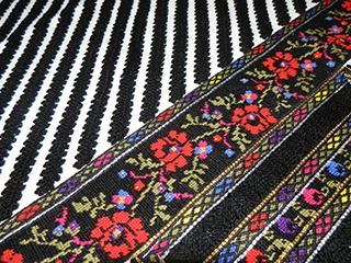 Блузка виконана за мотивами борщівської вишивки. Домоткане полотно, вовна, акрил, люрекс. Шви: хрестик, напівхрестик, набирування, низинний шнурок, кучерявий верхоплутом, кучерявий штапівкою, ланцюжок, мережка